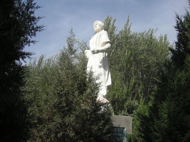 マフムード・カシュガリー像